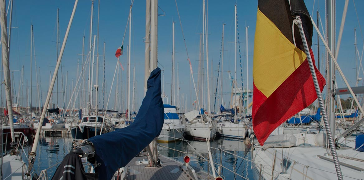 Fotografia di una barca battente bandiera belga